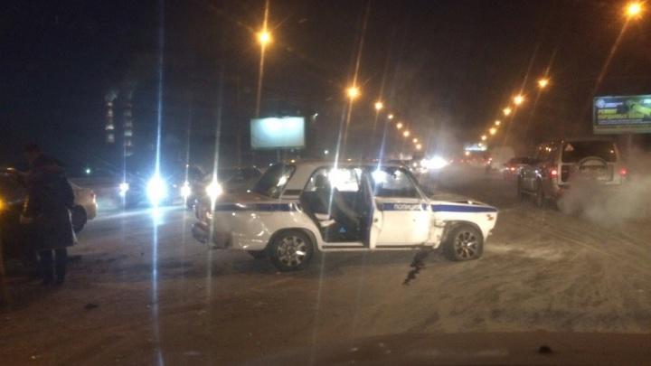 Машина полиции вылетела на встречку на Димитровском мосту и столкнулась с двумя иномарками