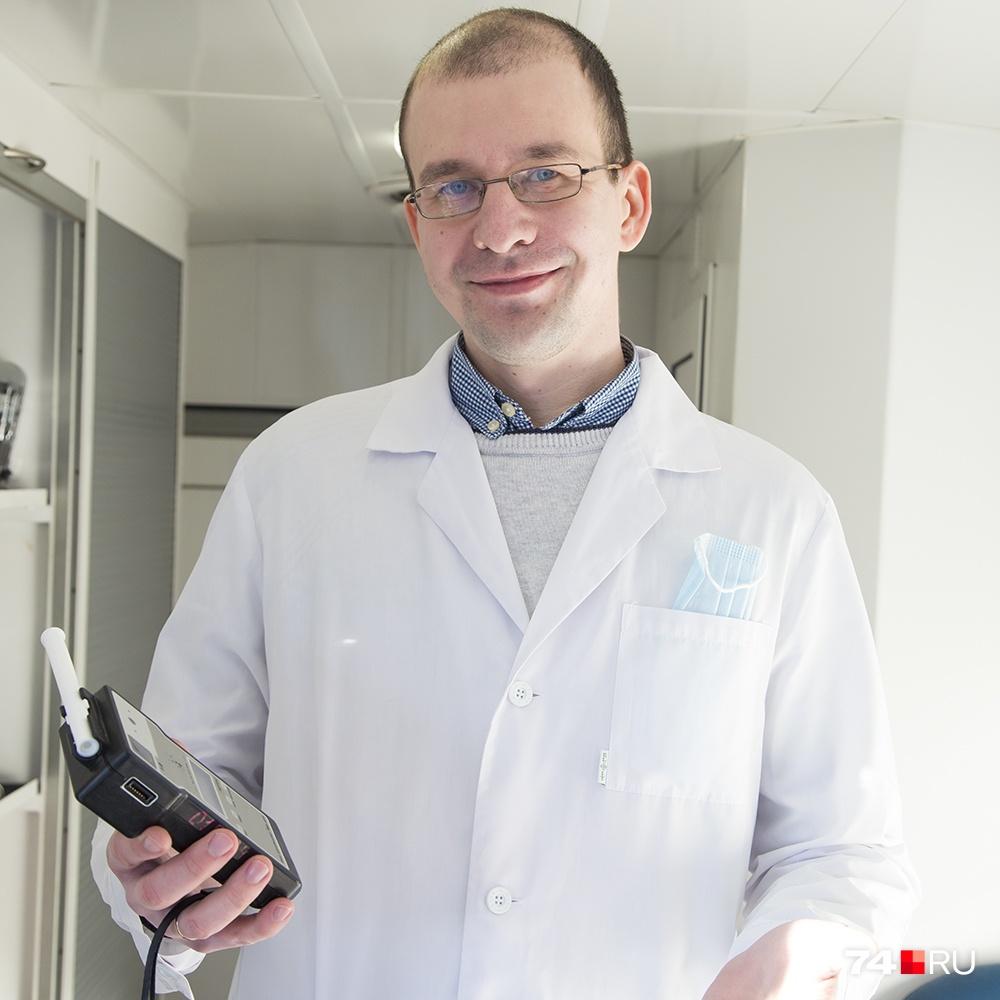 Врач-нарколог проводит освидетельствование с помощью воздушного алкотестера, но также применяет и другие методы, а также берёт анализ мочи: её сначала исследуют экспресс-методами, а при необходимости отправляют в химико-токсикологическую лабораторию
