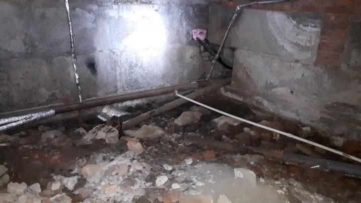Брошенная без управляющей компании пятиэтажка в Волгограде стоит с затопленным подвалом и без тепла