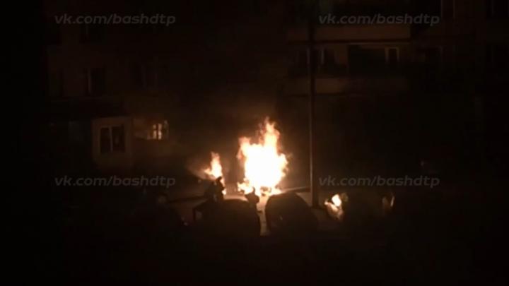 Утреннее дыхание гари: в Уфе во дворе сгорели два автомобиля
