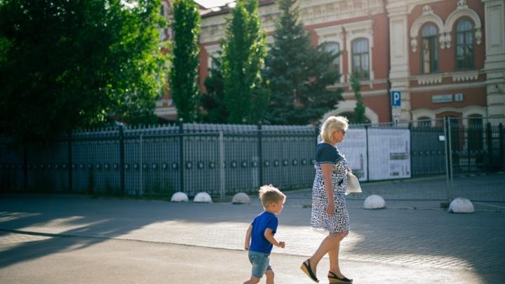На свидание короткое с летом: волгоградцы сбежали из душных кабинетов в парки и скверы