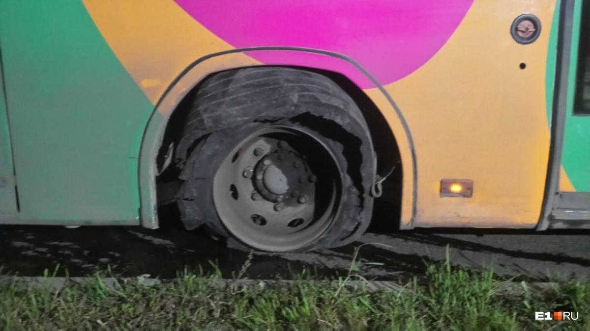 Автобус остановился из-за пробитого колеса