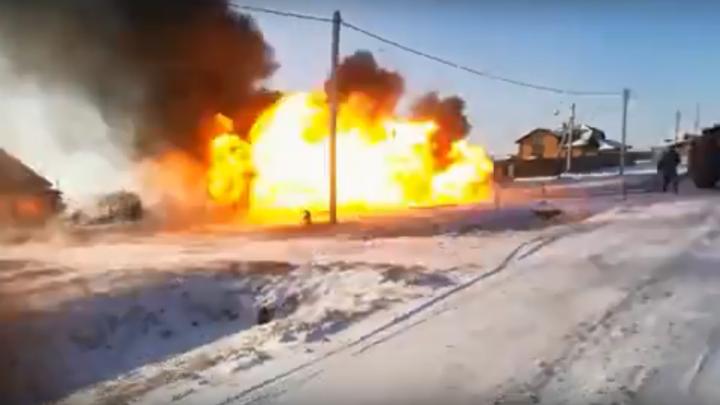 При пожаре в Азово спасателя накрыло взрывом — это попало на видео