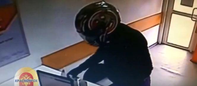 Мужчинав мотоциклетном шлеме по глупости ограбил два офиса микрозаймов в Красноярске