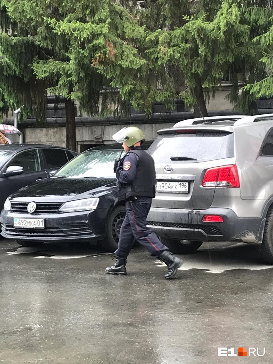 По улице ходят вооруженные люди