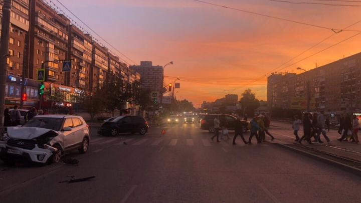 На проспекте Ленина водитель Suzuki отбросил кроссоверHyundai в микроавтобус