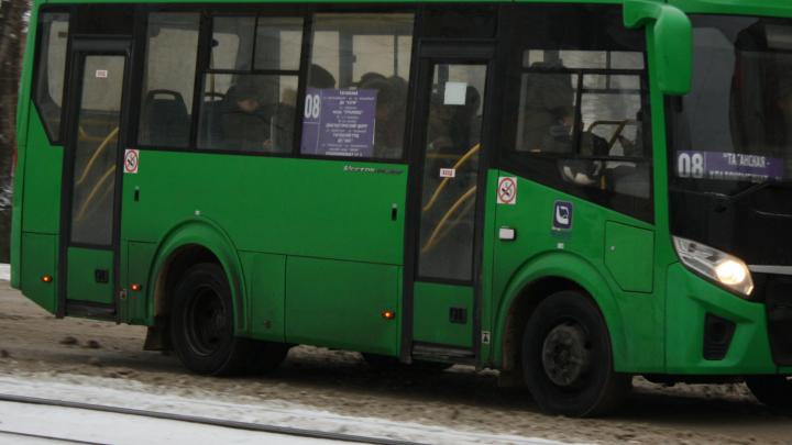На Эльмаше пенсионерка выпала из автобуса и сломала плечо, а водитель уехал