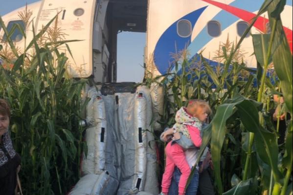 Пассажиров эвакуировали из самолета по надувным трапам