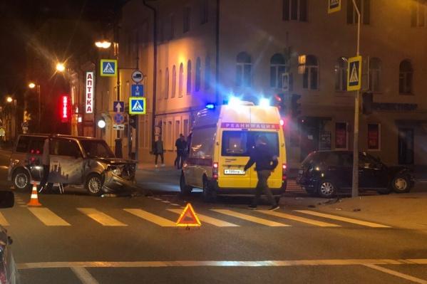 По словам очевидцев, аварию спровоцировала водитель черной иномарки