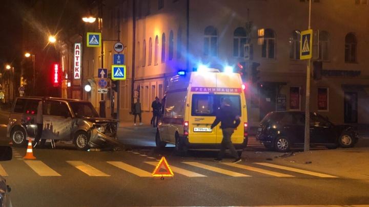 Ночью на пустом перекрестке Республики — Челюскинцев столкнулись два автомобиля Toyota