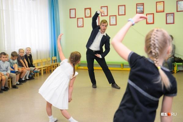 Сергей Николаевич учит девочек красиво танцевать