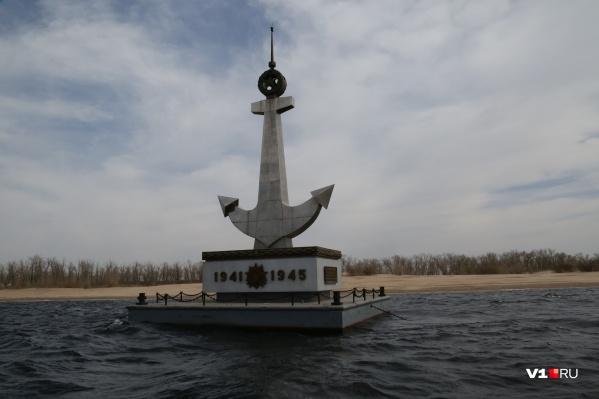 С пятницы плавучий знак-памятник снова украшает Волгу напротив центра города