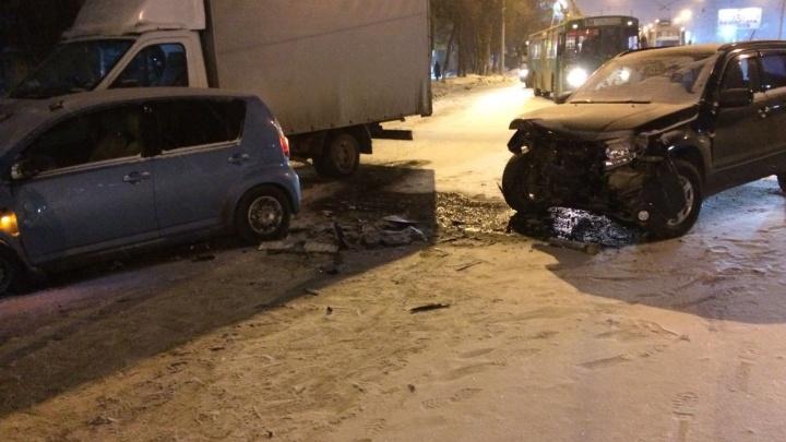 После заноса на гололёде Suzuki влетел в Toyota напротив ЛДС: есть пострадавшие
