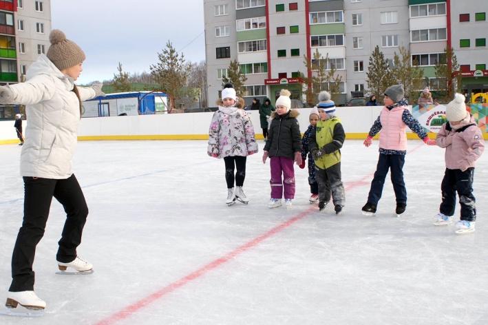 В секции фигурного катания обучают ребят держаться на льду с нуля
