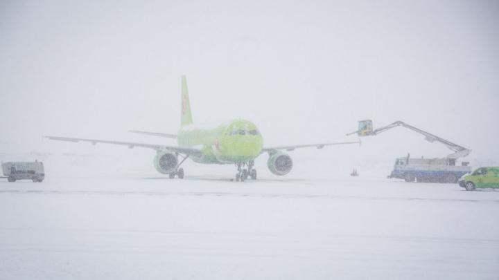 Разбушевавшаяся метель помешала новосибирскому самолёту приземлиться на Сахалине