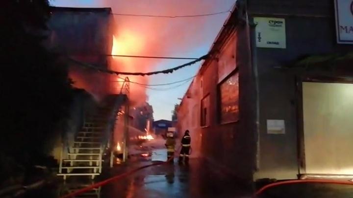 В Ростове ночью сгорел склад с водой и пивом