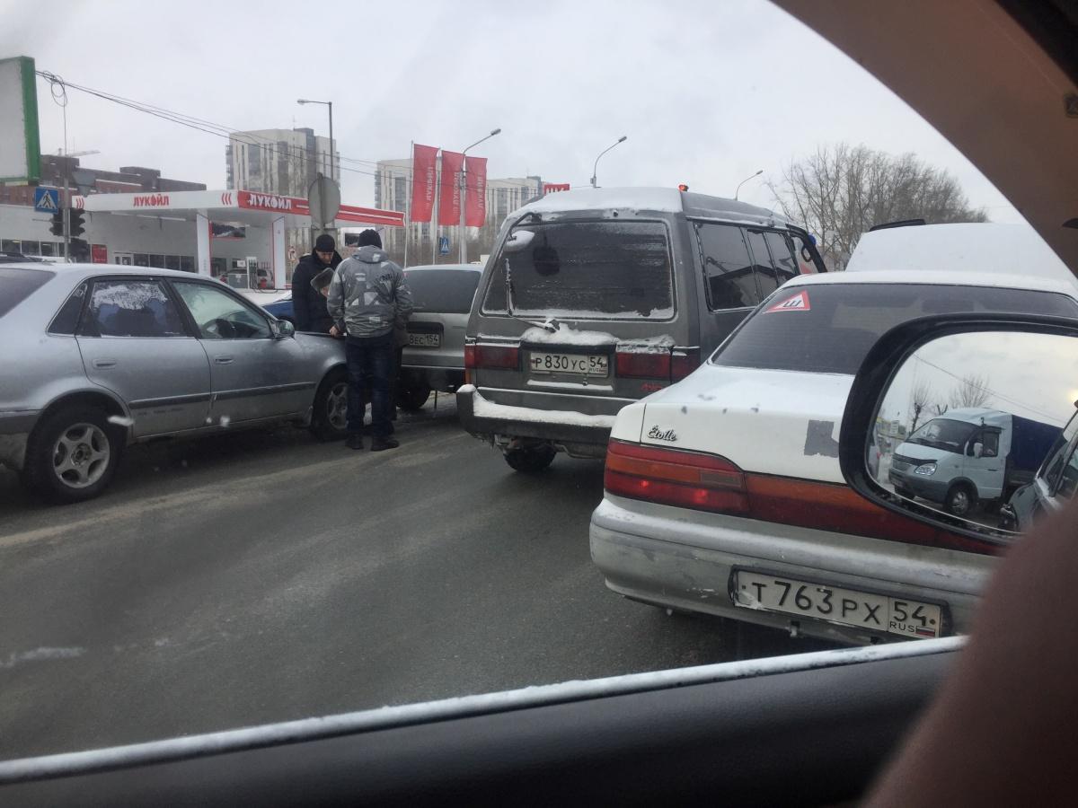 В двух авариях на Большевистской оказались четыре машины