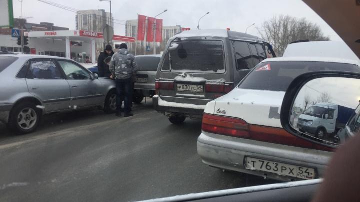 Четыре автомобиля перегородили две полосы на Большевистской после аварий