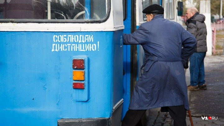 Они не боятся коррозии: в Волгограде начали ставить 70 новых остановок