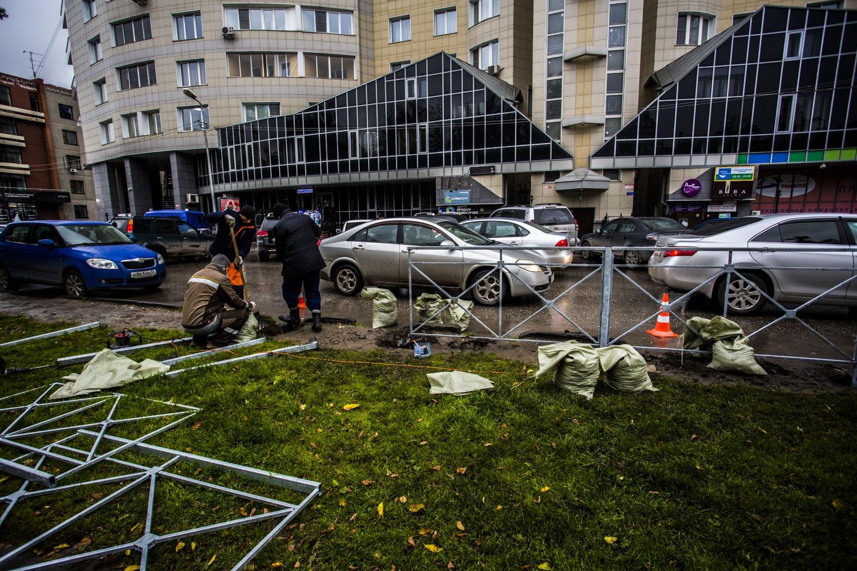 Рабочие ставят ограждение между Центральным парком и улицей Ядринцевской