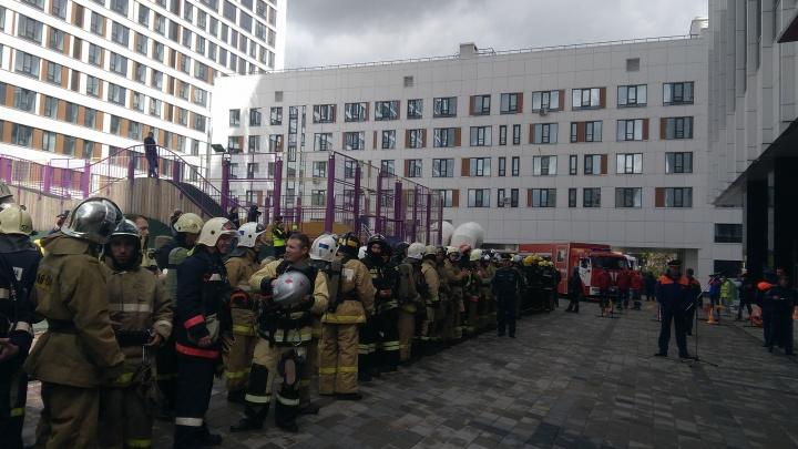 756 ступеней в полном обмундировании: как в Уфе пожарные на скорость 33-й этаж брали