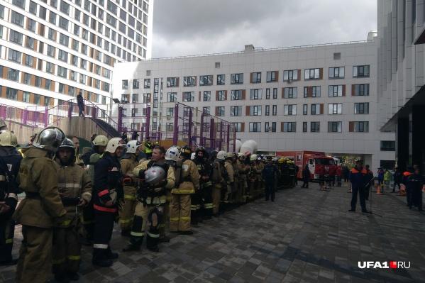 Отряды МЧС со всей Башкирии собрались во дворе высотки