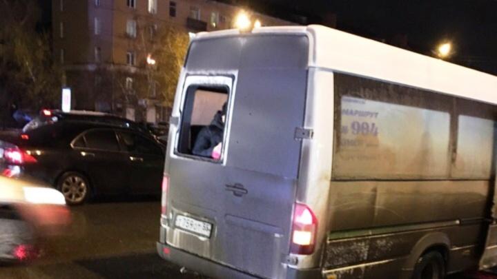 В Омске водитель вёз пассажиров в маршрутке без заднего стекла