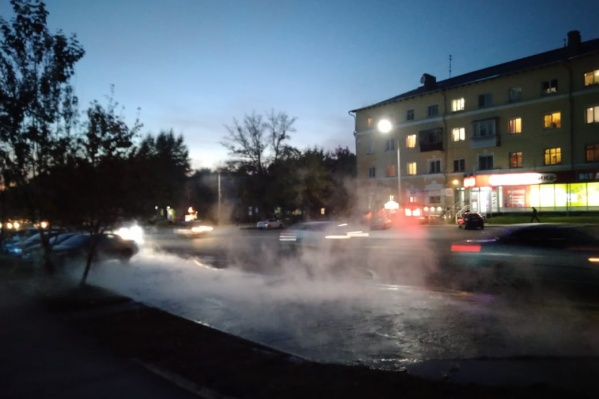 По наблюдениям очевидцев, вода течет по улице около двух часов