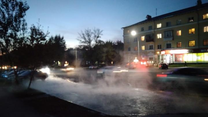 «Отопление убежало по дороге»: на Титова прорвало теплотрассу, кипяток течёт по улице уже два часа