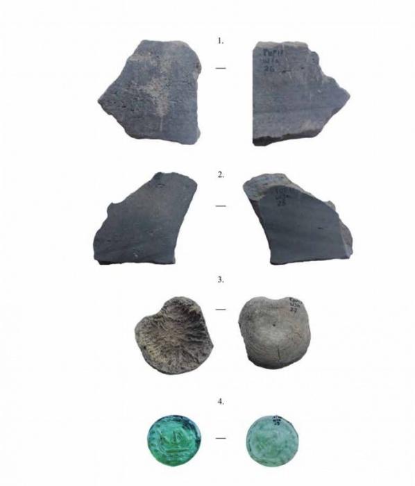 Кое-что из найденного: чернолощеная керамика, кость, донце бутылки