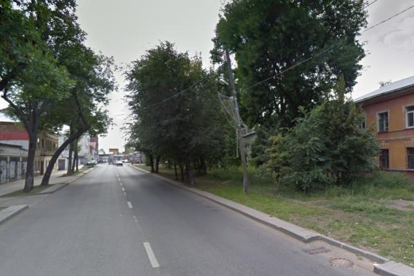 Участок, о котором идет речь, находится справа, за двухэтажными домами