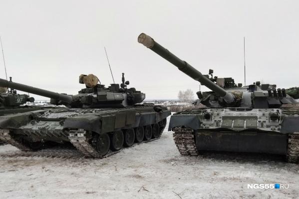 Всего военные пригнали около десятка боевых машин