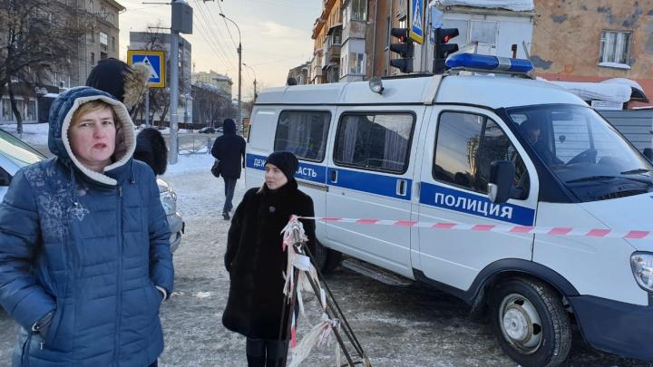 Горожане вызвали полицию к лицею «Надежда Сибири» из-за чистящей снег техники