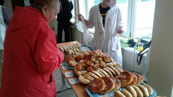 Хлеба и голос. Как красноярцев развлекают на избирательных участках