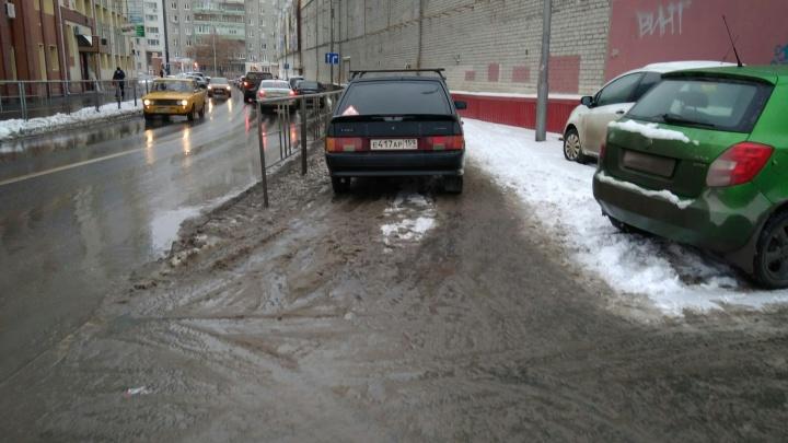 «Я паркуюсь, как...»: машина на тротуаре по улице Советской и автохамы у детских садов