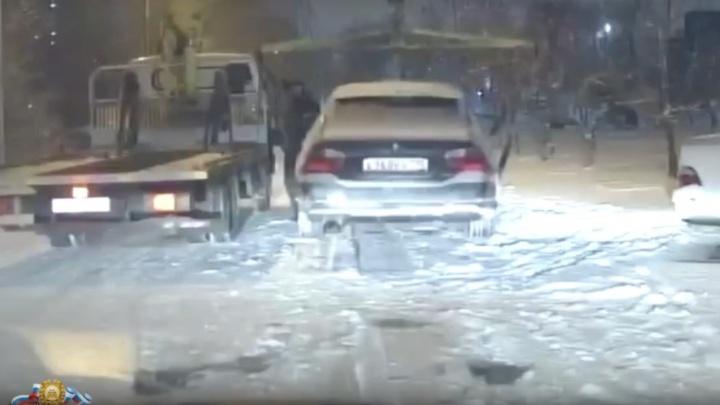 Четверо водителей устроили дрифт-шоу у ТЦ «Красноярье»: один остался без машины