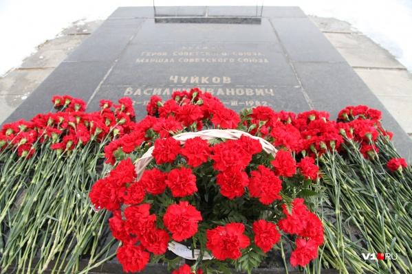 Сегодня на Мамаевом кургане с помпой возложили цветы к могиле дважды героя
