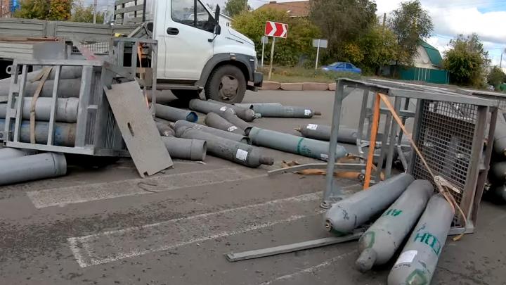 «Как они не взорвались, непонятно»: на Промышленности из грузовика вывалились газовые баллоны