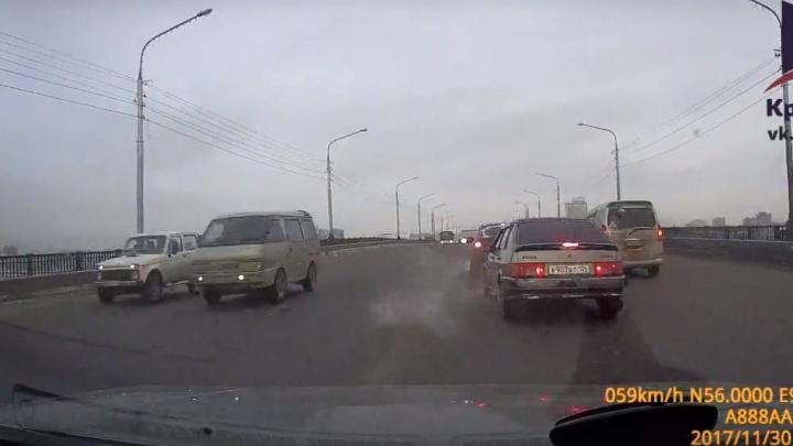 Водитель ловко объехал аварию по «встречке» и вызвал споры в соцсетях
