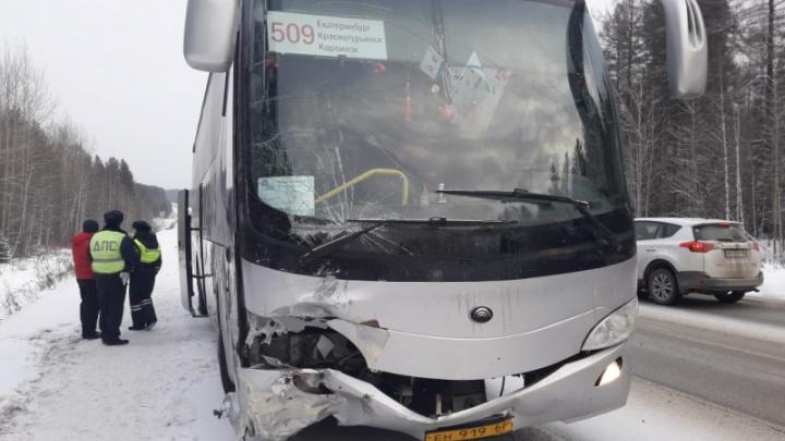На Серовском тракте произошло ДТП с участием автобуса, в котором ехали 46 человек