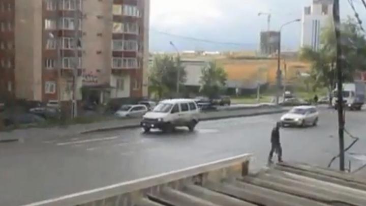 Возле ЖК «Снегири» убрали лишний пешеходный переход, но там продолжают ходить