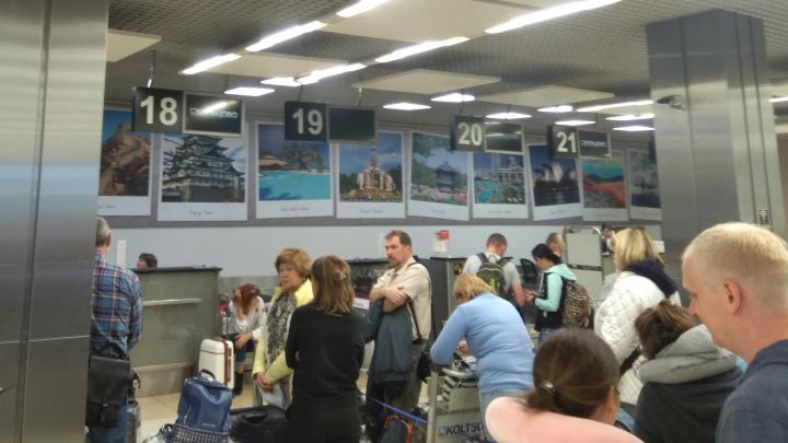 В Кольцово отключились все стойки регистрации, табло и паркоматы. Рассказываем, что произошло