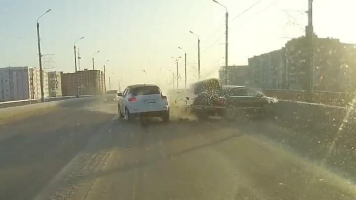 Чуть не вылетел с моста: видео столкновения машин в центре Северодвинска