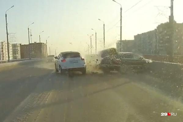 Столкновение попало на запись видеорегистратора в машине ехавшего следом жителя Северодвинска