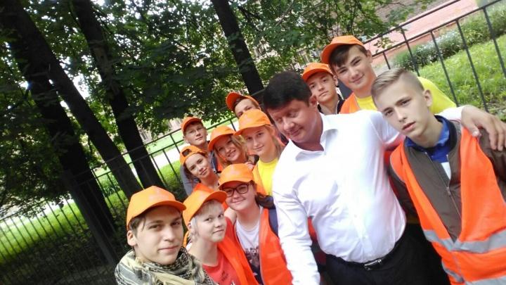 Владимир Слепцов угостил школьников пиццей за то, что они прибрались в городе