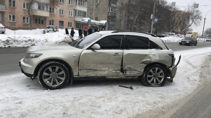«Инфинити» пролетел на красный свет на Богаткова и разбил 2 машины — пугающее ДТП попало на видео