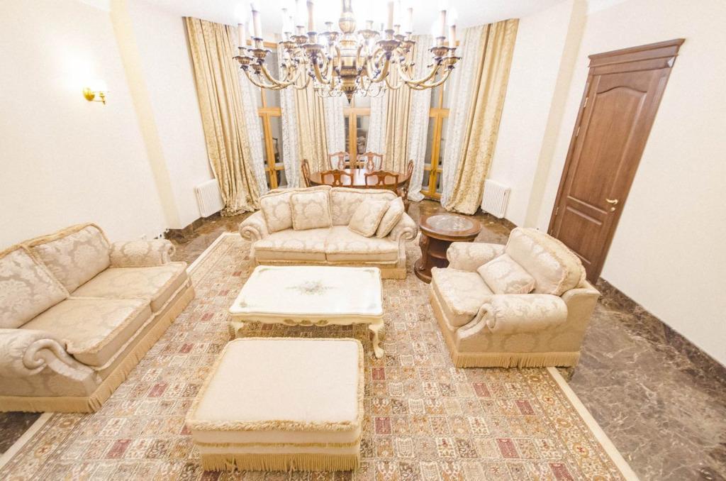 Внутри, естественно, роскошные люстры и золотая мебель