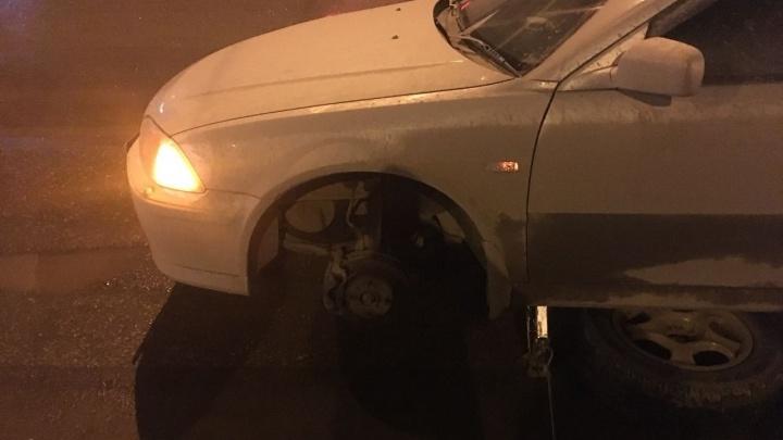 Два автомобиля въехали в яму и пробили три колеса на Ипподромке