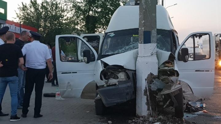 В Волгограде грузовик смял маршрутное такси 15°С: 13 человек ранено