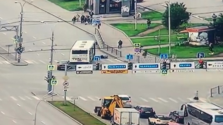 Повернул прямо на людей: камеры наблюдения записали, как автобус сбил пенсионеров на Токарей